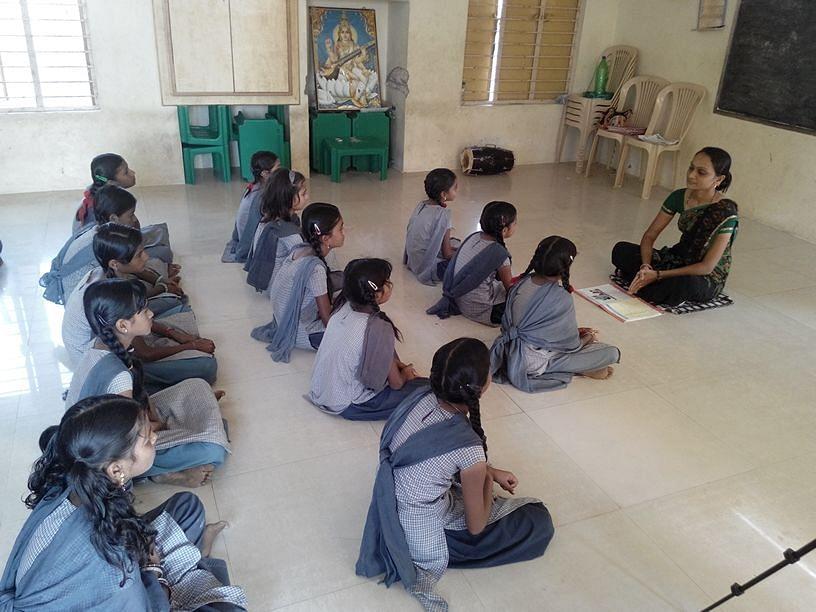 """""""कभी कभी मैं फ़िल्मी गानों से भी धुन उठा लेती हूँ. तब ज्यादा बच्चे कक्षा में हिस्सा लेते हैं.""""  - तसलीमा शेख़"""