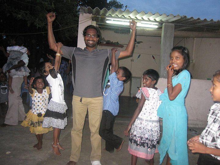तिलक चेन्नई के ८ बाल गृहों से जुड़े है और यहाँ के सभी बच्चें तिलक की शादी में मेहमान बन शरीक हुए।