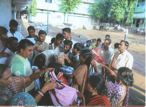 बाढ़ के दौरान लोगो की सेवा करते हलदर दंपत्ति