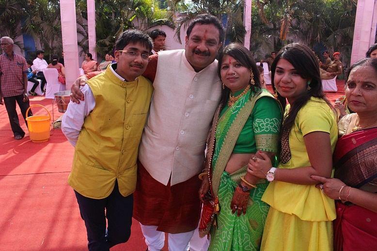 Mr Mrs Jalan with 2 kids (1)