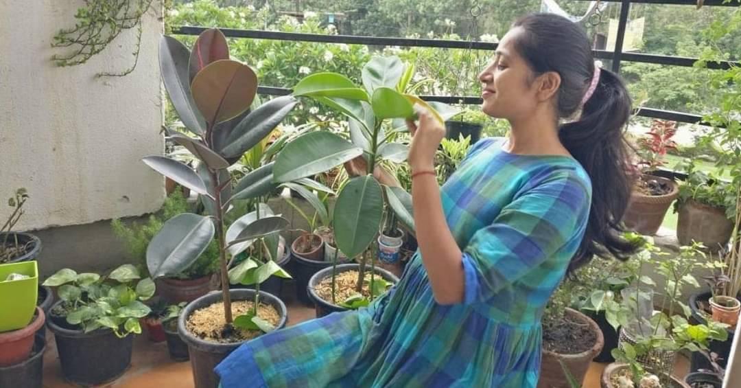 8 फीट की बालकनी में उगाए 300+ पौधे, मेरठ में ले आयीं असम की यादें